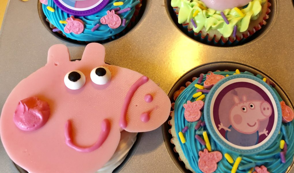 Awe Inspiring Simple Peppa Pig Cupcakes Neverdonewithfun Birthday Cards Printable Inklcafe Filternl